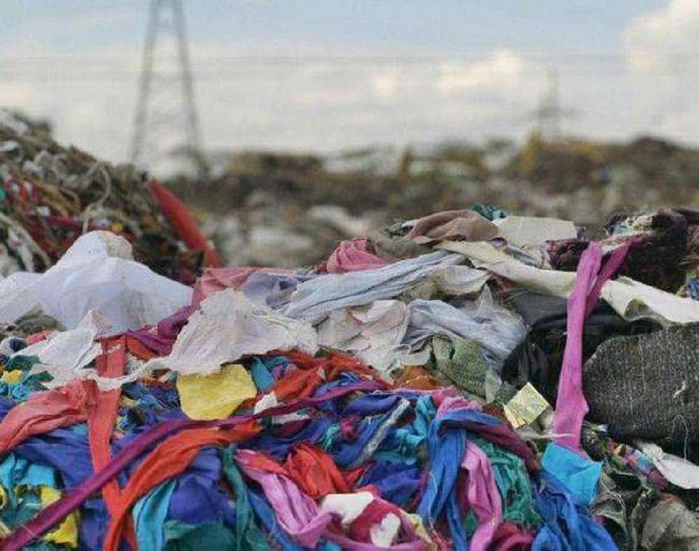 Entenda a relação entre a indústria da moda e a poluição dos oceanos