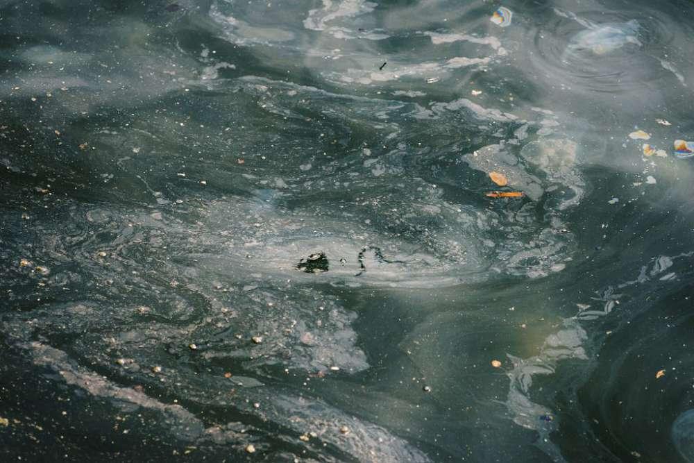 Quais são os principais agentes poluentes dos oceanos