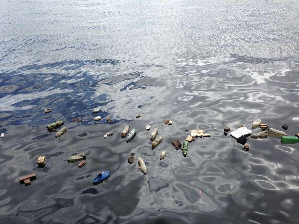 Quais são as principais causas da poluição dos oceanos e mares?