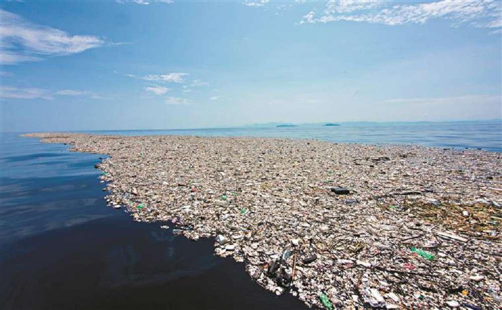 """Plástico pode transformar oceano em """"sopa"""" química"""